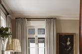 经典的台灯灯罩款式,下面的卷曲的铁艺的支架很有装饰感,沙发的四脚也同样有装饰的性质。