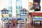 很有宫廷风范儿的两把椅子,雕花的边饰,软包的纹理是欧洲宫廷的经典纹理,尊贵大气。