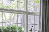 ①窗前坐榻 在窗台前为妈妈准备一个舒服的坐榻,打开窗户就可以让她感受温暖的阳光与新鲜空气。也可以依偎在母亲身边,听她慢慢讲述她的故事。