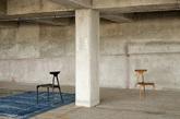 """六.数控切割的座椅 澳大利亚设计师 Brodie Neill 为自家家居品牌 Made-in-Ratio 设计的这款 Alpha 座椅系列,无论造型还是材质都带有一丝亚洲风。座椅的造型非常流畅,以一气呵成的外观展示了原木家具的当代美学。据设计师介绍,座椅的切割借助了计算机技术,由一台有五条""""手臂""""的精密数控槽刨机雕琢而成。Brodie Neill 认为,这种将数控技术和雕刻工艺相结合的生产方式,将是未来工业设计领域的大势所趋。(实习编辑:谭婉仪)"""