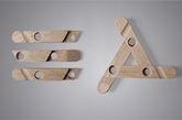 詹秋鸿设计的衣帽架由三根错落有致的木杆相互依靠而成,固定物为可拆卸的三角木质结构。而纹理细致的白蜡木为这款简约的设计平添一份优雅。它亦采用了扁平化包装,可让用户自己动手搭建。  除此之外,设计者将包装也作为设计的一部分,所有的部件拆卸开来,正好可以放入一个895mm*260mm*35mm 的长方形盒子里,不留一丝多余的空间,既节省了空间,又降低了运输成本。同时它还拆装巧妙,无需任何安装工具,用户就可以自己动手搭建。 设计:詹秋鸿 家具艺术设计 648447944@qq.com  丨  指导老师:温浩、周安彬