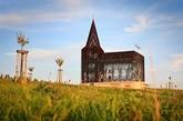 你没看错,这确实是一个教堂,而且是一个普通的教堂。 它由设计师 Gijs Van Vaerenbergh 设计完成,该教堂高约10米,利用大量钢板堆叠而成,墙面斑驳通透,创造出一种极为玄幻的光影效果。(实习编辑:谭婉仪)