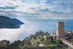 在希腊的海边,有一座石塔客栈