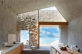 二.边看风景边做饭 没有人不向往看得见风景的房间。待在这样的厨房,你完全可以一边做饭一边欣赏淡蓝色的意大利马焦雷湖景色。这栋坐落于瑞士-意大利边界的房子由古老的历史性建筑改造而来,厨房保留了简单原始的石头砖墙,烹饪可用的台面也采用混泥土,再搭配一系列的木制橱柜。玻璃和松木框架搭建而成的落地门窗,让厨房照明充足,也减少了额外的家具。厨房由Reto Vanzo Schreinerei设计。(实习编辑:谭婉仪)