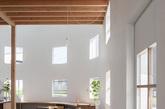 一.42扇窗户的阳光拥抱你 如果你愿意花一整天的时间泡在厨房,那么光源充足、自然气息一定是你最渴望同时拥有的。这是日本本州彦根市的一个年轻家庭的厨房,由Tato Architects设计事务所操刀设计。白色椭圆形墙壁上开了42扇窗户,阳光随意穿梭,哪怕是钢台面的橱柜也不会显得冰冷。在这里做饭,就好像置身一栋白色阳光房里,暖香四溢。(实习编辑:谭婉仪)