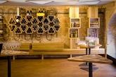 BCPT设计的意大利Vivace餐厅及酒吧空间。这家意大利餐厅酒吧一层服务台和展示功能设计的非常有特色,圆角等边三角形在很多地方得到完美的应用,墙面上展架,棚面灯具和简易餐桌出现。材质以天然材料为主,同色调材质不同拼接产生纹理变化丰富。