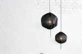 """复古灯具。前面提供的技巧都是尽量的""""素"""",那么是什么给极简风格提供""""性格""""呢?答案就是复古风格的灯具,试一试铜质的台灯或者吊灯吧。"""