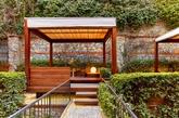 每间marvelous客房都有露台走廊和私人小屋。