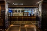 该方案是在向维多利亚时期装饰繁多的饮酒场所致敬  餐馆内部的墙壁与部分天花板以大尺寸的带有亮蓝色花朵图案的白色瓷砖铺装。该饰面引自中国声名远播的青花瓷。