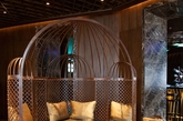 亲密的座椅区反映了土耳其清真寺圆顶建筑 W休息区之前是一个位于酒店入口处的大型开放区,现在已经变成了一个适合时尚聚会者舒心的临时聚集地,是伊斯坦布尔一道亮丽的风景线。在这里,能够看见各种复杂事情,也可以尽情轻松。Anlar将超现代细节元素和具有质感、面料和色彩的定制家具相结合,创造出适合聚会的奢华场所,体现出黄金时代的艺术和财富。