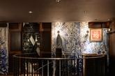 通往二层的铸铁楼梯  通过一个引人注目的铸铁楼梯可以到达二楼的休闲餐厅。几个包间内均设有圆角长方桌,纹理丰富的大理石桌面四周以弧形的橡木包边,底部以黄铜为基座。
