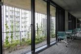 """自此以后,变化万千,但是仍然使用雨链,如今在合作的kyosai建筑(属于日本消费者的合作联盟 japanese consumers' cooperative unio)的外观装饰找到了归属。seo inc.公司和室内设计师jun hashimoto合作,创造 """"toh""""——雨链模式,已经安装在整个外立面的前面和后面。建筑由tatsuya hatori和nikken sekkei公司设计。(实习编辑:刘嘉炜)"""