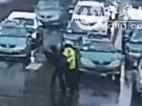 风雪天现暖心一幕 淄博女交警背起老人过马路