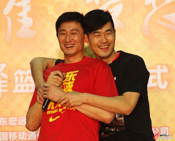 北京时间4月6日晚,杜锋退役告别赛在东莞体育馆隆重举行。杜锋与王仕鹏重现老照片情景。