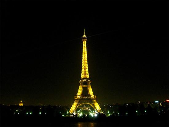 埃菲尔铁塔 埃菲尔铁塔是巴黎的标志,也是最具代表性的建筑。无论是从远处看,站在其脚下亦或是登上埃菲尔铁塔,其景色都非常令人惊艳。塔上有三层观景台,前两层观景台都可以通过电梯或者楼梯到达。只有一部电梯到达最顶层的观景台,因此会需要等候一段时间。 无论何时、无论何地,埃菲尔铁塔都是美轮美奂的。而在夕阳西下时,登上二层或三层观景台,您能欣赏到第一无二的巴黎风光。如果您打算乘坐旅游巴士前往参观,请注意最后一趟巴士的出发到达时间。  卢浮宫