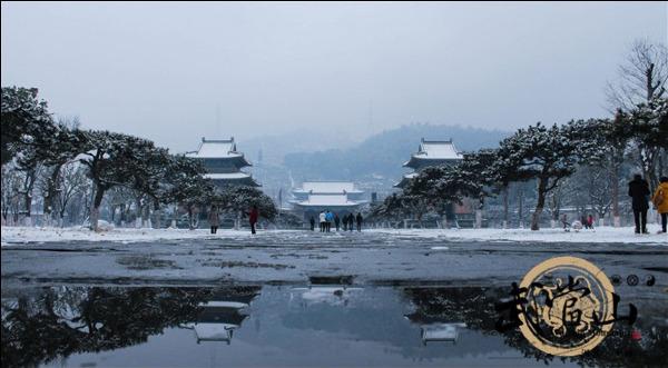 据了解,武当山风景区此次降雪平均厚度为30厘米,积雪深处可达40厘米.