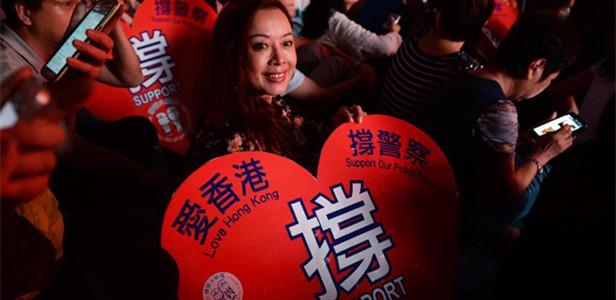 """香港举行""""祝福香港""""晚会支持警察"""