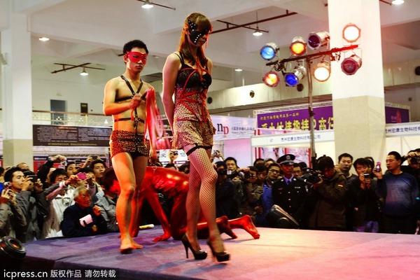 郑州中原性文化节开幕情趣情趣内衣性感越看观众蛋糕奶油图片