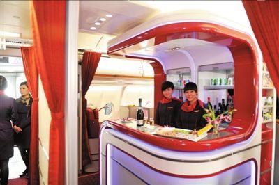 """飞机上独一无二的""""兰桂坊酒吧""""。本报记者胡雪柏摄"""