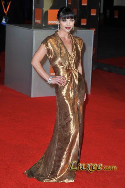 古铜色丝质长裙搭配棕色仿麂皮凉鞋