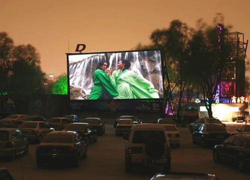 车影院_凤凰旅游 国内游 > 正文  字号:t|t 汽车电影院,只适合有车族,在枫