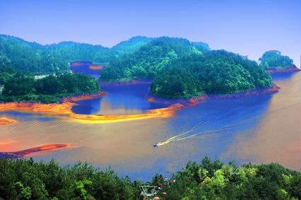 凤凰旅游 业界 > 正文  千岛湖 图片来源:微图 千岛湖石林景区得天独