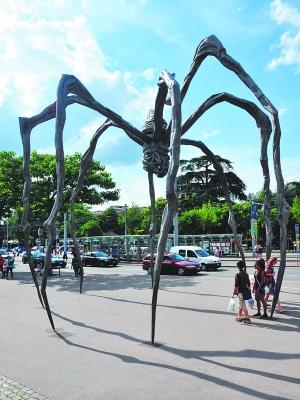路易斯·布尔乔亚的一件巨型蜘蛛雕塑成为战后女艺术