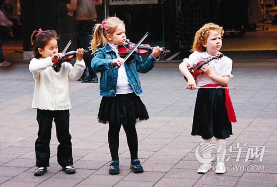 ■维多利亚广场表演的孩子