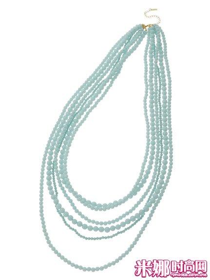 薄荷绿的珠串项链,给人清凉印象。