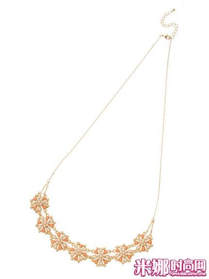 花朵造型的项链是夏日的定番款。