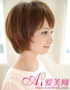 侧面头发的剪碎修剪方式充满着层次感,通过发型中段部分的层次剪发图片