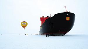 到达北极点后,游客轮流乘热气球升空看周边的景象。