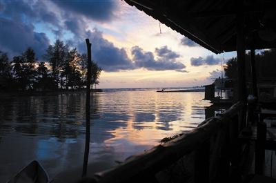 与阴云下昏黄如江水的海面