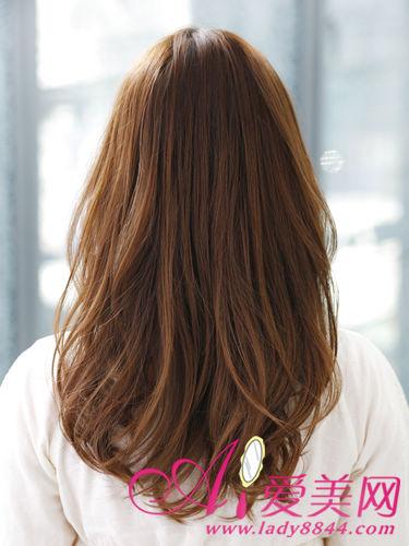 微弧度感的大波浪卷发,配上红棕色系的染发发色,使发型更具女性的典