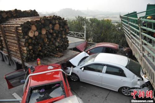 资料图:高速公路发生10多台车连环相撞。湘潭消防 摄