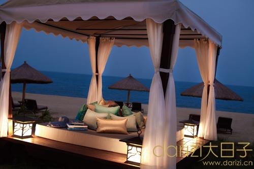 酒店坐落于亚龙湾细白的沙滩和红树林保护区之间,灵感来自北京颐和园