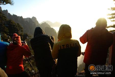 游客拍摄云海
