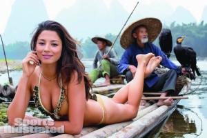 模特杰西卡・戈麦斯身着比基尼以桂林当地渔翁为背景