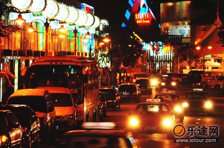 为了打造青岛市的啤酒文化,青岛市政府决定将登州路改造成了啤酒街.