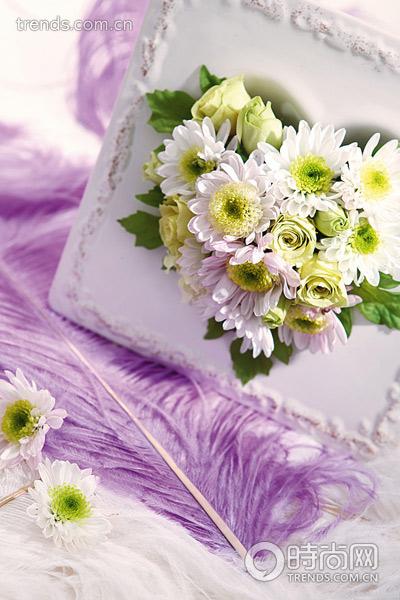 关键字:花艺押花 材料:心形容器,鲜花与永久花 步骤: 1.
