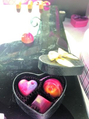 巧克力/为爱人DIY爱心巧克力。