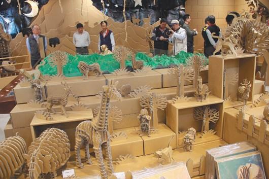 台北玉山纸箱动物园 游客称很有创意