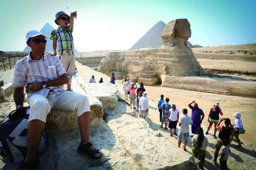 景点埃及金字塔,只有寥寥十几位外国游客参观游览