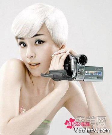 小嬉皮的个性白色头发,覆盖式斜刘海,帅气女生短发.图片
