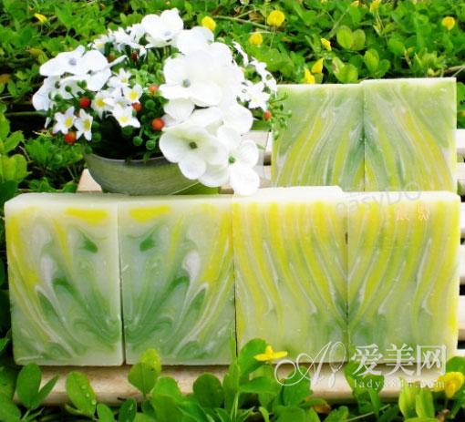绿茶手工皂:抗氧抗菌 绿茶在近年来受到很多人的亲睐,绿茶含有茶多酚,抗氧化力非常强,能减缓衰老,并且可预防自由基损害肌肤。绿茶中亦含有维生素C及维生素E,具有不错的美白效果。 材料:绿茶15克,绿茶粉15克,透明皂基200克,白色皂基100克 做法: 1、将材料准备齐全,皂基先放入微波炉中加热融化。 2、将绿茶粉先溶解于水中,再加入皂基中 3、再将绿茶加入皂基中搅拌均匀,若绿茶叶梗太粗,可先压碎,再使用。 4、然后将搅拌的皂基倒入模型中,放凉后即可取出使用。