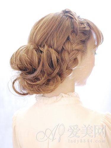 右侧则以粗编发发辫与头发一起盘成低发髻,设计独特,给人惊喜.图片