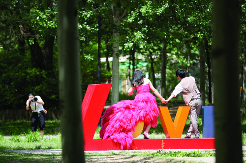 """新人在朝阳公园""""LOVE""""景观拍照。"""