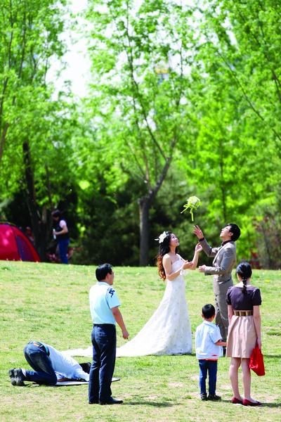 图片 拍摄婚纱照也成了公园一景。