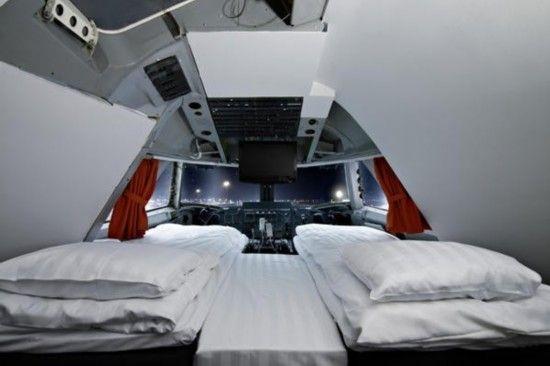大飞机旅社的隔间 据美国《基督教科学箴言报》8月2日消息称,在瑞典首都斯德哥尔摩阿兰德斯机场内,一架退伍的波音747飞机摇身一变成为另类旅社,为人们提供价廉的住宿场所。 据悉,这家名为大飞机旅社(Jumbo Stay Hostel) 的飞机原属于泛美航空公司所有,周围野花簇拥,住宿价格相当便宜。机舱内仍保持着原有布局,被分为27个隔间,隔间十分小,餐厅座椅也很迷你。 机舱分为上下两层,上层设有直连机翼的休息室。-原驾驶员座舱被改造为豪华房间,甚至还附带有露台。 入住该旅舍的旅客来自全世