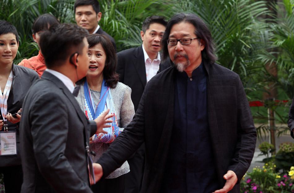 凤凰娱乐讯 2013年5月9日,首届乌镇戏剧节拉开帷幕吸引了众多戏剧爱好者看戏游览。当天开幕式更是戏剧界文化界众星云集。发起人之一的著名台湾戏剧导赖声川来到现场。